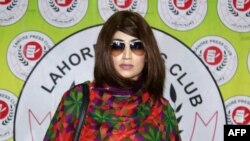 FILE - Qandeel Baloch, selebriti media sosial Pakistan yang kontroversial, dibunuh saudara laki-lakinya pada Juli 2016.
