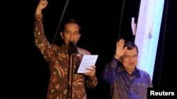 "Cawapres Jusuf Kalla (kanan) saat mendampingi Capres Joko ""Jokowi"" Widodo menyampaikan pidato kemenangan di Sunda Kelapa, Jakarta (22/7)."