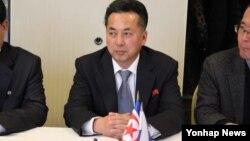 지난 2월 러시아를 방문한 리용남 북한 무역상이 2모스크바 시내 아지무트 호텔에서 열린 북-러 '비즈니스 협의회' 1차 회의에 참석해 러시아 측의 설명을 듣고 있다. (자료사진)