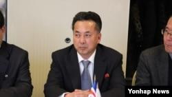 러시아를 방문 중인 리용남 북한 무역상이 25일 모스크바 시내 아지무트 호텔에서 열린 북-러 '비즈니스 협의회' 1차 회의에 참석해 러시아 측의 설명을 듣고 있다.