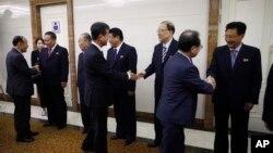 한국 측의 민관 방북단이 4일 평양국제공항에서 환영 나온 북측 인사들과 악수를 하고 있다.