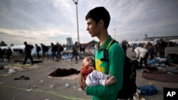 ہنگری سے آسٹریا سرحد پار کرنے کے بعد ایک افغان مہاجر لڑکا رسول نظری اپنے بھتیجے کے ساتھ۔ (فائل فوٹو)