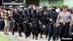 Các thành viên của lực lượng chống khủng bố Indonesia đến làng Batu Rengat, nơi xảy ra vụ đụng độ với các phần tử hiếu chiến trong một ngôi nhà ở Bandung, Tây Java, ngày 8/5/2013.