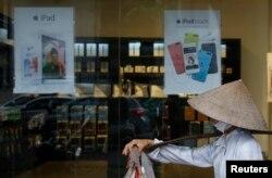 Một quầy bán sản phẩm của Apple ở Hà Nội. Việt Nam đột nhiên trở thành thị trường nóng nhất của Apple Ince sau khi lượng doanh thu bán ra tăng gấp 3 lần trong 3 tháng đầu năm 2014, cao gấp 5 lần so với thị trường Ấn Độ lúc đó.