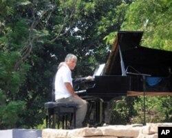 犹太音乐家与日本海啸生还者共同演奏