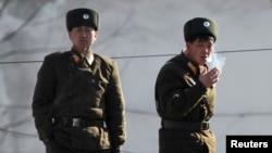 지난 2014년 북중 접경지역인 신의주 압록강변에서 북한 군인들이 담배를 피고 있다. (자료사진)