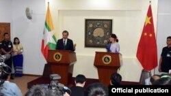 တ႐ုတ္ႏိုင္ငံ ႏုိင္ငံျခားေရးဝန္ႀကီး ဝမ္ယိနဲ႔ ျမန္မာႏုိင္ငံျခားေရးဝန္ႀကီးလည္းျဖစ္တဲ့ ႏုိင္ငံေတာ္အတိုင္ပင္ခံပုဂၢိဳလ္ ေဒၚေအာင္ဆန္းစုၾကည္တို႔ ေတြ႔ဆံု (Myanmar State Counsellor Office)