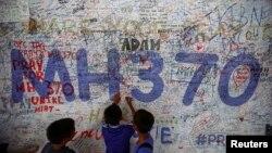 Trẻ em viết thông điệp hy vọng cho hành khách trên chuyến bay MH370 bị mất tích tại Sân bay quốc tế Kuala Lumpur, ngày 14/6/2014.