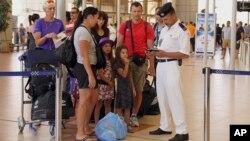 Des Britanniques s'apprêtent à être évacués de l'aéroport de Charm-el-Cheikh, le 6 novembre 2015. (AP Photo/ Vinciane Jacquet)