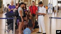 Turistas británicos se alistan para ser evacuados de Sharm el-Sheikh, Egipto, el viernes, 6 de noviembre de 2015.