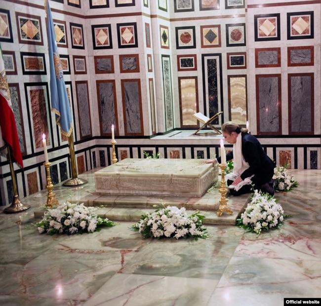 عکسی از حضور شهبانو فرح در آرامگاه محمدرضا شاه پهلوی در مسجد رفاعی، قاهره - آرشیو