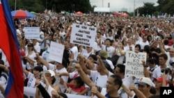 Puluhan ribu demonstran berunjuk rasa di Taman Rizal, Manila, Senin (26/8).