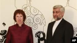 Ketua Kebijakan Uni Eropa Catherine Ashton (kiri) berpose bersama perunding nuklir Iran Saeed Jalili di Baghdad, Iraq (23/5).