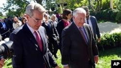 ABD Atina Büyükelçisi Geoffrey Pyatt ve ABD Dışişleri Bakanı Rex Tillerson Beyaz Saray bahçesinde