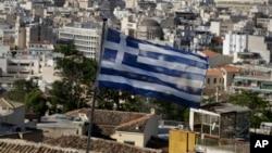 지난 8일 그리스 아테네에 국기가 걸려있는 모습.