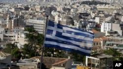 Греческий флаг реет над Афинами. Греция. 8 мая 2015 года