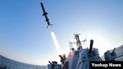 Bắc Triều Tiên thử nghiệm 1 phi đạn chống hạm loại mới để trang bị cho hải quân, 7/2/2015.