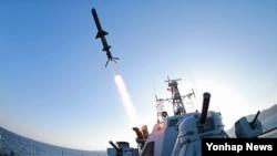 북한이 새로 개발한 '신형 반함선 로켓'의 시험 발사 장면. 관영 조선중앙통신이 7일 공개한 사진이다.