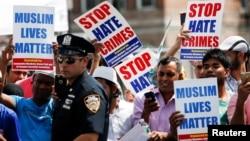 Các thành viên cộng đồng tham gia biểu tình yêu cầu chấm dứt tội ác thù hằn trong lễ tang của Imam Maulama Akonjee và Thara Uddin ở Thành Phố New York, ngày 15 tháng 8 năm 2016.