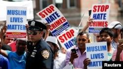 在紐約皇后區兩位穆斯林的葬禮上,大眾示威要求制止仇恨犯罪(2016年8月15日)