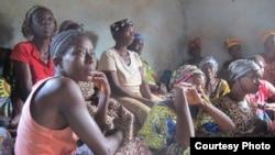 Perempuan warga desa Boukoloma di Guinea mendengarkan pesan-pesan mengenai pencegahan Ebola.