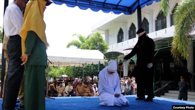 Hukuman cambuk terhadap salah seorang dari lima orang yang diduga melakukan perbuatan asusila di Banda Aceh, 29 Oktober 2018. (Courtesy: Radio Antero Bd. Aceh).
