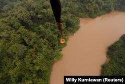 Helikopter MI-8MTV-1 dari Badan Nasional Penanggulangan Bencana (BNPB) membawa air untuk dibuang di hutan gambut yang terbakar di Kabupaten Pulang Pisau dekat Palangka Raya, Provinsi Kalimantan Tengah, 19 September 2019. (Foto: REUTERS/Willy Kurniawan)