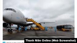 Các kỹ sư Samsung của Hàn Quốc đến Vân Đồn, Quảng Ninh, trong một chuyến bay đặc biệt theo thoả thuận của chính phủ hai nước, hôm 17/4. (Ảnh chụp mành hình Thanh Niên Online)