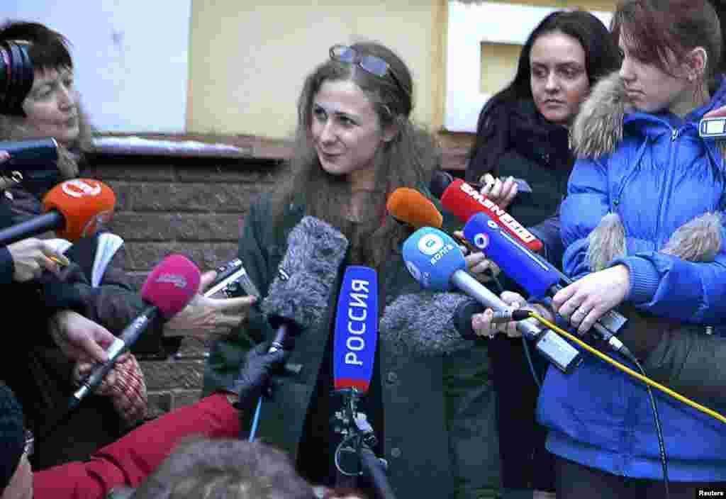 Maria Alyokhina berbicara dengan media di kantor Komite Melawan Penyiksaan (Committee Against Torture) setelah dibebaskan dari penjara di Nizhny Novgorod, Rusia (23/12).(AP/The Committee Against Torture)