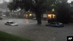 강력한 토네이도가 덮친 오클라호마주 오클라호마 시티에 폭우가 쏟아져 곳곳이 침수됐다.
