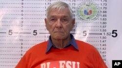 El sacerdote católico estadounidense, Kenneth Bernard Hendricks, posa para la foto de su ficha policial en la Oficina de Inmigración en Manila.