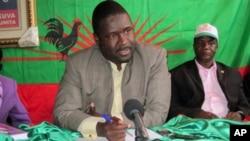 Liberty Chiyaca, secretário provincial da UNITA no Huambo, numa conferência de Imprensa no Cachiungo
