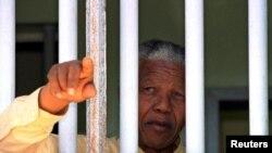 Nelson Mandela ari mw'idirisha ry'ibohero yafungiwemwo imyaka 27