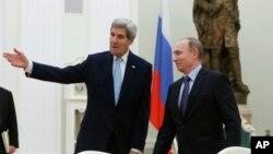 Tổng thống Nga Vladimir Putin và Ngoại trưởng Mỹ John Kerry trong cuộc họp tại điện Kremlin ở Moscow, ngày 15/12/2015.