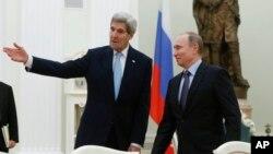 El secretario de Estado de EE.UU., John Kerry (izquierda), se reunió con el presidente ruso, Vladimir Putin, en el Kremlin el martes, 15 de diciembre de 2015.