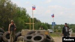 Ukrayna'nın doğusunda bir köyün girişinde mevzilenen ayrılıkçı militanlar