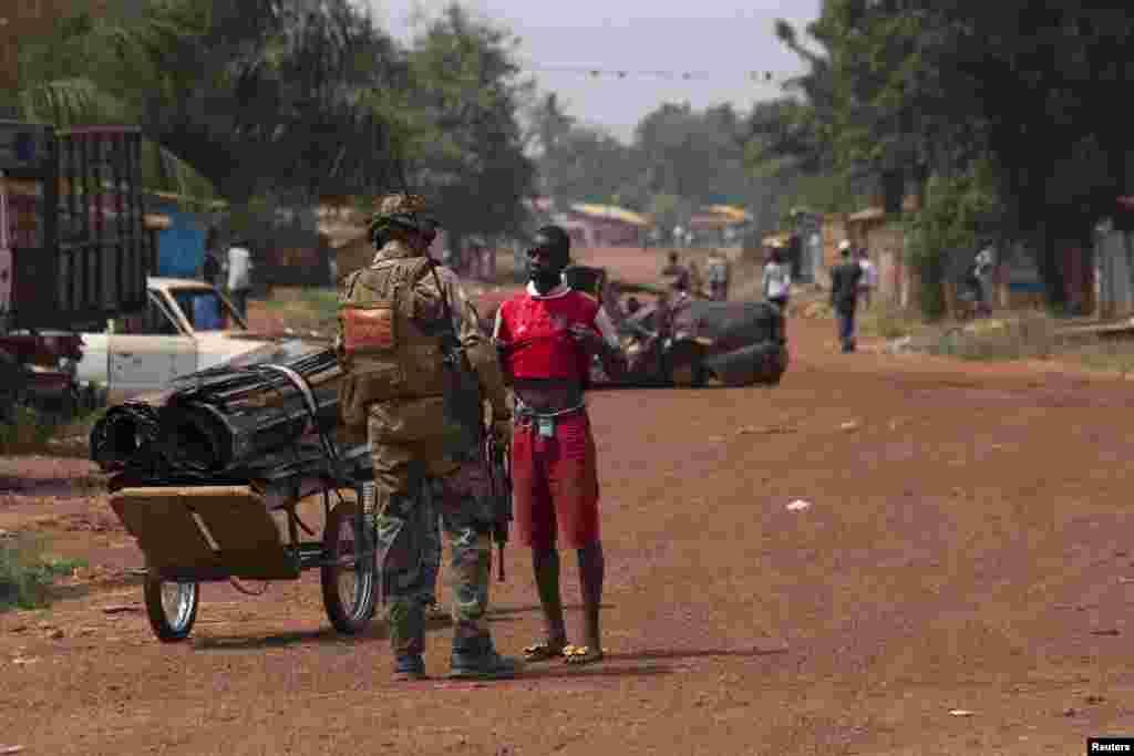افریقی جمہوریہ کی صورت حال پر قابو پانے کے لیے فرانس نے 1600 فوجیوں کے علاوہ افریقن یونین کے 5000 اہلکار بھی تعینات ہیں لیکن اب بھی تشدد کے واقعات پر قابو نہیں پایا جا سکا ہے۔