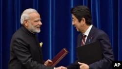 Tư liệu - Thủ tướng Ấn Độ Narendra Modi (trái) bắt tay Thủ tướng Nhật Bản Shinzo Abesau khi ký thông cáo chung tại Tokyo, Nhật Bản, ngày 11 tháng 11, 2016