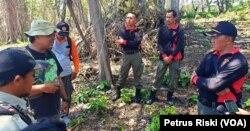 Profauna berdialog tentang pengamanan di kawasan hutan lindung Sendiki, Malang Selatan, bersama polisi hutan dari Perhutani KPH Malang. (Foto: VOA/ Petrus Riski).