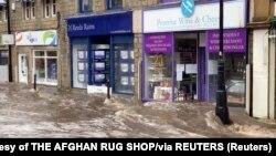 Poplavljena ulica u Zapadnom Yorkshireu u Velikoj Britaniji (Foto: AFGHAN RUG SHOP/via REUTERS)