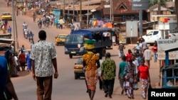 Des résidents marchent dans les rues de Gagnoa où l'incendie a eu lieu, dans l'ouest de la Côte d'Ivoire, le 2 décembre 2010.