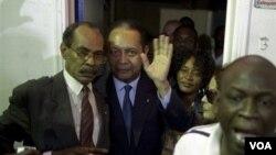 """El ex dictador hatiano Jean Claude """"Baby Doc"""" Duvalier al centro en la foto, a su regreso a Puerto Príncipe, donde ha sido detenido"""