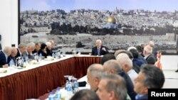 محمود عباس راملہ میں فلسطینی حکام سے خطاب کر رہے ہیں۔