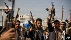 19일 예멘 수도 사나의 대통령궁 주변에서 시아파 후티 반군 대원들이 무기를 들어보이고 있다.
