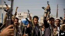 Повстанцеы-хути у дворца президента страны в Сане. Йемен. 19 января 2015 г.