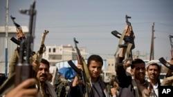 胡塞反叛武装在也门首都萨那的总统府附近的冲突中手持武器
