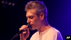 Matisyahu surprised a local street musician recently in Hawaii by singing along with his own song.