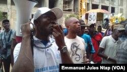 Robert Lipothy, un ancien migrant, en campagne de sensibilisation contre l'immigration clandestine au lieu dit avenue Kennedy à Yaoundé, Cameroun, 7 avril 2017. (VOA/Emmanuel Jules Ntap)