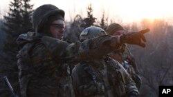 22일 우크라이나 동부 시로키네 지역에서 아조프 대대 병사들이 적진을 바라보고 있다. (자료사진)