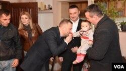 Ministar za povratak Dalibor Jevtić i gradonačelnik Gračanice Srđan Popović u poseti porodici Stojanović